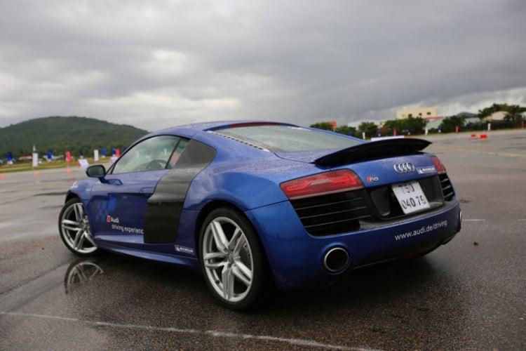 """Trải nghiệm """"cất cánh"""" Audi R8 V10 trên đường băng Phú Quốc"""
